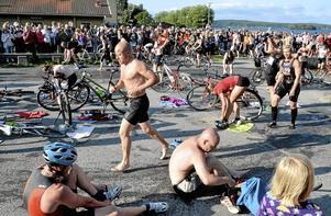 BlöT utmaning. Norabon Mikael Gustavsson var på väg till cykeln från simturen i Norasjön.