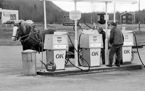Grabb Kalles Gunnar fyller en tank med diesel till gårdens traktorer. Tanken ligger på en trilla som dras av – en häst. Ett epokskifte – och ändå inte.