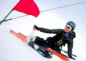 Lisa Lindblom har hittat ett bekvämt sätt att få av stighudarna från sina skidor.