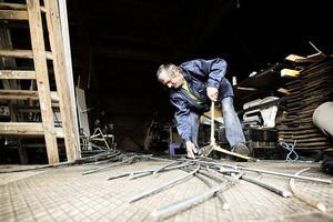 Valdemar Bryckner tar reda på delar av kopparledningarna som tjuvarna lämnat hängandes från ledningarna.