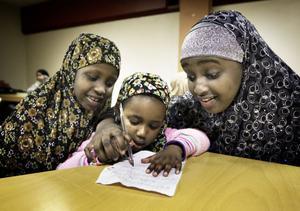 Svenska och somaliska och mycket däremellan får Foos, Sumaya, Rahma och deras kompisar lära sig i Ileys lokaler i Marnäs.