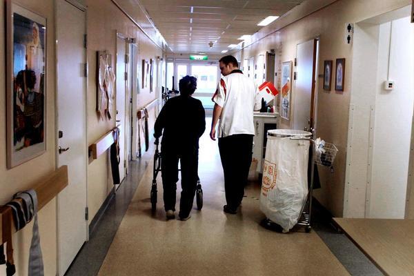 Sjukvård sjuksköterskorOmpubl.dat.20010612 *** Local Caption *** Centrallasarettet medicinkliniken strokeavdelningen Västerås. Sjuksköterskan Ted Juhlin.