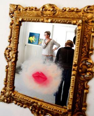 Rosor, kyssar och botox är temat för årets utställning av Sundsvalls kollektivverkstads kvinnor.