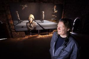 Krig, lek eller gåtfullhet. Joakim Johanssons mörka oljemålningar bjuder åskådaren på många ingångar.