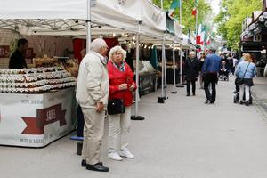 Sandvikendagarna har smygstart med en italiensk matmarknad på Köpmangatan.