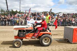 Traktorpulling går ut på att man drar en viktad släde framåt tills maskinen inte orkar mer. Ju längre man kommer, desto bättre.