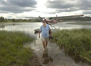 73-årige Tore Gut från Mora var en av de flygentusiaster som letade sig till flygträffen i Edsbyn. Sjöflygplanet som en gång haft