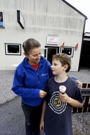 Mor och son. Nästa år kan vi kanske ha öppet senare, säger Mia Waerner, här med sonen Wilhelm.