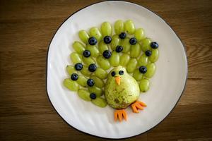 En påfågel av vindruvor, blåbär, päron och morötter blir ett perfekt mellanmål för både stor och liten.