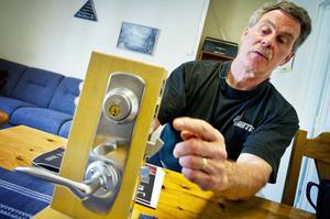 Så här ska en riktig låsenhet se ut, säger Sören Lundquist och visar. Moderna och svårforcerade anordningar finns till både nya och gamla altan- och ytterdörrar.