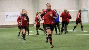 Frida Mattson och resten av Västanfors tränar nu med hela laget.