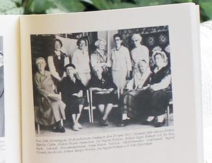 50 år. I boken Västmanlands fornminnesförening och Västmanlands länsmuseums årsskrift 1986 ser vi damerna som firade hemslöjdsföreningens 50-årsjubileum.