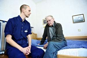 Holger Pers, 83. år har bott i Tjärnsjögården i tio år och är glad över att få vara med och bestämma när han ska duscha och göra annat. Vårdbiträdet Andreas LIndmark, som håller på att utbilda sig till undersköterska, tycker att det känns bra med omsorgsverksamhet som utgår från individen.