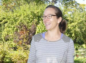 Maria Eriksson från Fellingsbro stortrivs med trädgårdsjobbet vid Göthlinska huset i Nora.