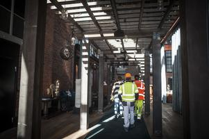 Byggnadsarbetare på väg att ordna de sista detaljerna. När denna bild togs var det 1 timma kvar till invigningen.