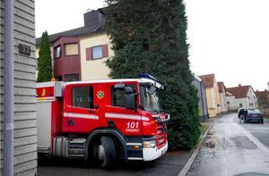 Brandkåren fanns på plats utanför den brandhärjade lägenheten på lördagen.