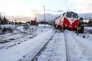 Strax innan klockan 10 i förmiddags spårade ett tåg lastat med timmer ur tvärs över södra infarten till Krokom.