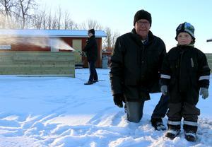Dags för nästa generation skridskoåkare. Edwin Cederberg inspekterar nya rinken tillsammans med sin morfar, Per Eriksson.