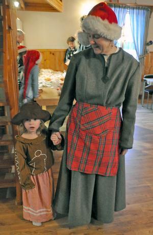 Tomtemor Lena Borgs med barnbarnet Sasha Borgs, som var pepparkaksgumma.