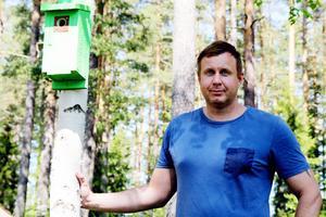 Stefan Pettersén framför den första färgglada holken som är uppsatt av Växbo viltvårdsförening.