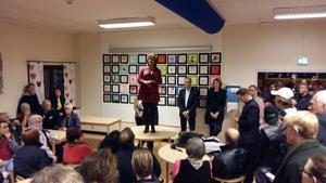 Åsa Wiklund Lång (S) fick svara på många upprörda frågor från deltagarna på mötet i Valbo.