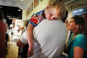 Anton somnade gott i pappa Mikael Blomgrens famn. Mamma Frida står bredvid och spanar efter krukor.