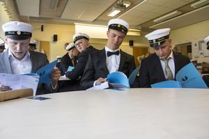 Dennis larsson, Jonas Eklund och Alexander Vestlin kollade nöjt igenom sina betyg.