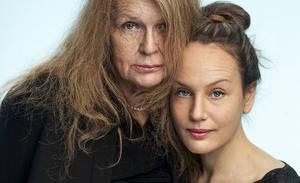 Thron Ullberg/Kulturhuset Stadsteatern   Kristina Lugn och Sarah Riedel gör gemensam sak på scen och skiva. Pressbild.