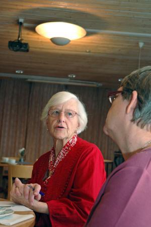 FRÅGOR. Det diskuterades friskt kring de runda borden i Borgenkyrkan när det femte dialogkaféet arrangerades.