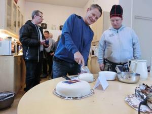 Axel Grahn och Lennart Kråik-Eriksson hugger in på tårtan med samiska flaggan som serverades på Gaaltije.