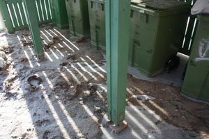 Vattnet drog med sig sand som har lämnat en brun smörja efter sig som nu har frusit till is. I trapphusen till hyreshusen på Axel Johnsons väg 113 och 115 har vattnet lämnat ett brunt avtryck.