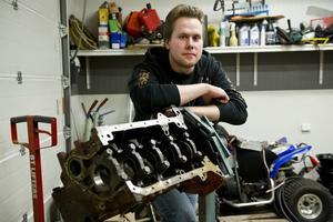 Jonas Damgren är 20 år gammal och har redan hunnit äga 14 bilar. Den första köpte han när han var 16 år gammal.