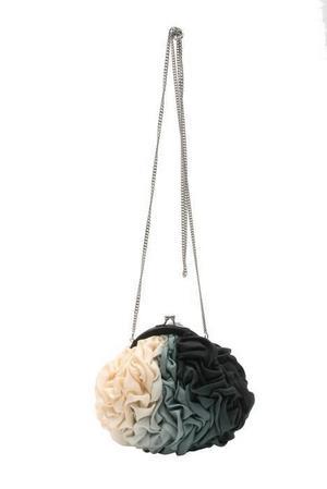 FÖR FEST.  Tjusig väska, asos.com,         230 kronor.Haremsbyxan Är tillbaka! Här i en glansig cremefärgad modell från Phi designad Andreas Melbostad.
