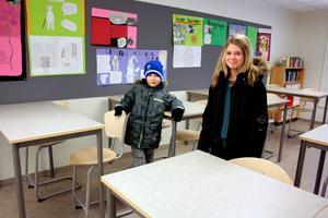 Fanny Norrman passade på att visa lillebror Viktor var hon har sin plats i klassrummet.