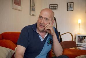 Sedan Hasse Lööf återvände från sjukhuset tillbringar han mycket tid i den här soffan, framför tv:n.
