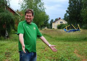Magnus Hagström står vid platsen där studsmattan brukade stå. Tromben förflyttade den 200 kilo tunga studsmattan 50 meter norrut. - Det här är sådant man läste om i Kalle Anka som barn, säger han. Foto:Seth Jansson