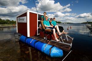 Mer pengar behövs för att kunna hålla båttrafiken vid liv i Strömsholms kanal. På bilden, från sommaren 2009, ses ett gäng trampbåtsresenärer göra sig redo att lämna hamnen i Smedjebacken för att trampa sig igenom kanalsystemet.