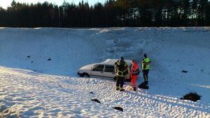 Bilen rullade ner för slänten bredvid vägen.