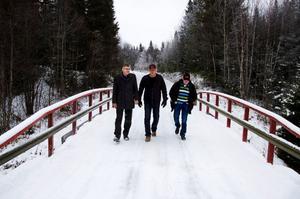 Riksdagsledamoten Per Åsling (C), Ove Olsson, boende i Lockåsen, och Dan-Olov Westberg (C), Bergs kommunstyrelses vice ordförande, inspekterar den enskilda vägen mellan Älven och Hällne i Oviken. Foto: Sandra Högman