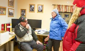 - Man får passa på när det händer något, säger Emilia Salomonsson som besöker Midvinterkvällen tillsammans med Karin Jonsson, här i samtal med Proll Myhr.