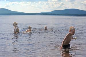 Det är kul att bada, det tycker Julia, Erik och Theo. Här med Theos far Jörgen.