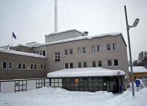 Polisstationens entré och tjänstebilsparkering bevakas av en videokamera.