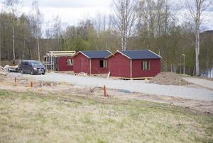 Fyra nybyggda stugor är en del i den centrumnära campingen och stugbyn som entreprenören Håkan Johansson håller på att bygga.