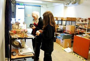 Aminat Tjalajeva och Sofie Gustafsson, båda 17 år, sommarjobbar i Ta till vara-butiken i Åselby.