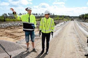 Nytt spår. Magnus Persson, projektchef på Skanska, och Jonas Victorin, projektledare på Trafikverket, visar var det nya dubbelspåret ska byggas. Foto: Veronica Svensson