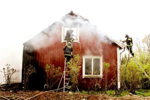 Ett hus på Dalenvägen utanför Åsbo började av okänd anledning att britta i går. Tre räddningsstyrkor kämpade med att släcka branden.Foto: David Holmqvist