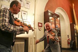 Janne Kranz och Kaj Nenning, bördig från Glöte, hälsade alla välkomna med fiolspel. Kaj var lite när hans mamma var med och bildade förenigen och berättade om hur det var då.