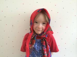 Emma, 4 år, Odensala, klär ut sig till påskkärring.