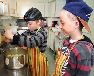 Gästkockarna Tobias Karlsson och Joakim Frimert, båda 7 år, såg till att potatismoset blev luftigt.