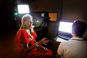 Marianne Hammarström var Svea Bios sista maskinist och Daniel Mehler skötte under kvällen kvällens filmvisning från en dator.